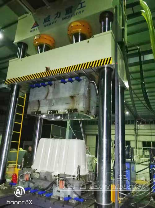 玻璃钢净水槽模压成型压力机工作现场图