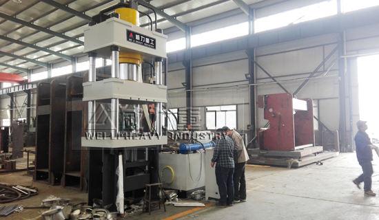 滕州液壓機廠家,滕州生產500噸四柱液壓機廠家,拉伸電飯煲內膽液壓機調試